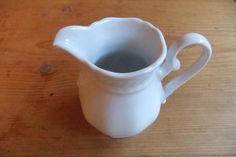 #Milchkännchen Vintage #Geschirr Vintage #Porzellan Vintage #Eschenbach #Milchkännchen weiss Ich biete ein weißes sehr gut erhaltenes Milchkännchen von Eschenbach zum Verkauf an.Gebrauchsspuren wie Abrieb, Kratzer augenscheinlich nicht ersichtlich.Dies ist ein Privatverkauf, daher keine Rücknahme oder Garantie.Abholung in Hildesheim, Alfeld oder Hannover möglich. Versand zzgl. Versandkosten.Ich biete auch Geschirr anderer Marken an. Bei Interesse bitte meine weiteren Angebote anschauen.