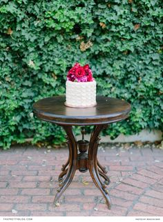 Red, romantic and strikingly modern Outdoor Tables, Outdoor Decor, Wedding Company, Floral Wedding, Romantic, Outdoor Furniture, Creative, Modern, Red