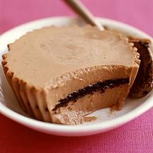 These individual Mini Chocolate Cheesecakes with Cookie Crusts are irresistible! #recipe #WWLoves