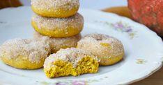 """Myslím, že až příště budu dělat tyhle koblížky, vykašlu se na to, jaký mají tvar. Nemám formu na americké """"donuty"""" a tady zrovna byla ho... Kitchen Hacks, Doughnut, Great Recipes, Donuts, Cake Recipes, Muffin, Food And Drink, Bread, Cooking"""