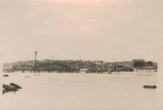 """Вид с реки Дон на остатки разводного """"Американского"""" моста. За мостом, на горе, видны дома западного поселения. (Идентификация В.В. Долбнина)."""