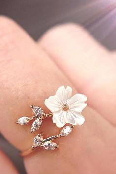 DESCRIPTION & DETAILS Cute and feminine this ring features a beautiful white flower arranged in an adjustable ring design. Stylish Jewelry, Cute Jewelry, Bridal Jewelry, Fashion Jewelry, Women Jewelry, Body Chains, Cute Engagement Rings, Cute Rings, Pretty Rings