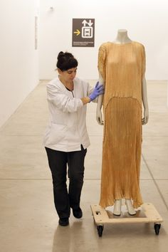 """Trasllat del vestit túnica Delphos de Marià Fortuny a l'espai expositiu de """"El cos vestit. Siluetes i moda (1550-2015)"""""""