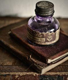 le temps mauve encre ink old books home deco / impressions atmosphere Old Books, Vintage Books, Antique Books, Vintage Journals, Vintage Pens, Vintage Soul, Vintage Bottles, Bottles And Jars, Perfume Bottles