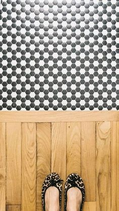 ALFOMBRAS DE MOSAICO ¡También en el baño! 🤍🖤Suelo DAMERO #ArtFactoryHisbalit proyectado por @caravaninteriors/ 📸@caravaninteriors/ Retro, Mosaic Floors, Espadrilles, Chanel, Flooring, Bathroom, Fashion, Templates, Vintage Patterns