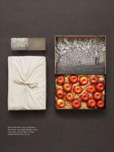 ถ้าบรรจุภัณฑ์สามารถพาคุณย้อนเวลาไปเก็บแอปเปิ้ลเองถึงญี่ปุ่น บรรจุภัณฑ์จากสวนแอปเปิ้ลเก่าแก่ของญี่ปุ่น ที่จะพาคุณผ่านกาลเวลาไปสัมผัสกับความเป็นญี่ปุ่นดั้งเดิมด้วยกล่องที่ได้รับการห่อผ้าแบบสมัยโบราณอย่างปราณีต เมื่อเปิดมาพบกับผลแอปเปิ้ลและภาพของสวนที่ทำให้คุณรู้สึกเหมือนคุณได้เดินทางไปเก็บแอปเปิ้ลเหล่านี้มาด้วยตัวเอง มันดูสดใหม่ มีกลิ่นอายของวิถีชีวิตและมีมนต์ขลังอย่างน่าประหลาดใจ (720×960)