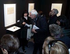 Marina Llorente la autora de la exposición indicando detalles sobre su obra.
