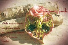 Sonnecchia su un profumato petalo di rosa,lo Spiritello dei giardini...https://www.facebook.com/pages/Fairymary-Jewels/208528805873162?sk=info&tab=page_info http://www.etsy.com/it/shop/FairymaryJewels?ref=si_shop