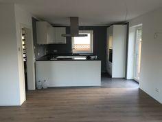 Fußboden Laminat Parkett Hausbau Neubau, Übergang Laminat Wohnzimmer und Fliesen in der Küche