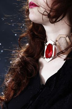 Make your own Melisandre necklace with Thibra. Game of Thrones www.panduro.com Jewellery by Panduro #jewellery #jewelry #Melisandre #TheRedWoman #GameofThrones #thibra #cosplay #ruby #winteriscoming #diy #comiccon2017 #GoT #panduro