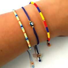 Compra online lindas pulseras de moda para mujer en la tienda online de accesorios. Envíos a toda Colombia y el mundo. Todos los medios de pago. Seed Bead Bracelets, Seed Beads, Friendship Bracelets, Hamsa Hand, Beading Patterns, Jewelry Crafts, Jewerly, Earrings, Handmade