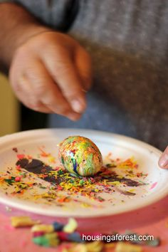 Melted Crayon Easter Eggs Sprinkle the crayon shavings onto the hot eggs. The egg will melt the crayons and create a beautiful pattern. Make sure you cover work surface or use a paper plate like we did. Easter Egg Dye, Coloring Easter Eggs, Hoppy Easter, Easter Party, Easter Bunny, Egg Coloring, Easter Crafts, Holiday Crafts, Holiday Fun