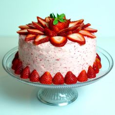 Four Layer Fresh Strawberry Cake. It isn't summer without strawberries. This 4 layer fresh strawberry cake with strawberry frosting won't disappoint. Fresh Strawberry Cake, Strawberry Frosting, Strawberry Recipes, Chocolate Raspberry Torte Recipe, Cake Frosting Designs, Raspberry Yogurt Popsicles, Strawberry Cake Decorations, New Cake, Cake Mix Recipes