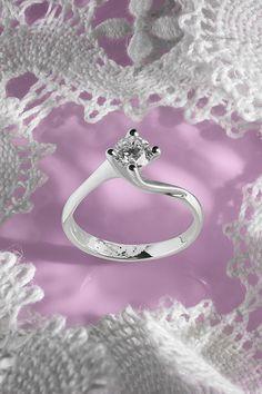 #Ring #Victoria #Handmade #NaturalGemstones #Diamonds #WhiteGold #EngagementCollection. Chcete vedieť, čo sa bude nosiť vo svete šperkov v roku 2020? A chcete to zažiť na vlastnej koži už o pár týždňov pod vianočným stromčekom? Tak sa nechajte inšpirovať naším 1. top trendom, ktorým je kráľovský prsteň s príznačným názvom Victoria. Tento výnimočný zásnubný skvost vyrábame v minimálnej veľkosti centrálneho diamantu 0,50 ct, aby vynikol dizajn, ktorý nenechá žiadnu ženu ľadovou kráľovnou! Royal Diamond, Diamond Engagement Rings, Wedding Rings, Victoria, Jewelry, Diamond, Jewellery Making, Jewlery, Jewelery