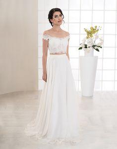 Außergewöhnliches, zweiteiliges Brautkleid aus feinsten Materialien. Der schlichte, moderne Rock ist handgefertigt aus fließendem Seiden-Chiffon und wird durch das kurze, romantische Oberteil mit Carmen-Ausschnitt aus Chantilly-Spitze perfekt ergänzt.