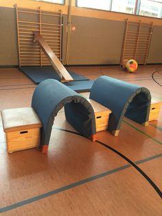 Tunnels van 2 dubbelgevouwen matten. Dit nodigt uit tot fantasierijk kruipen?!