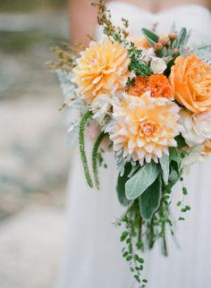 Source: Style Me Pretty / Photo: Nina Mullins Photography  Un bouquet du lundi légèrement tombant avec des nuances de verts et d'oranges, à la limite du fluo pour un bouquet plein de peps!  Bonne semaine les amoureux!