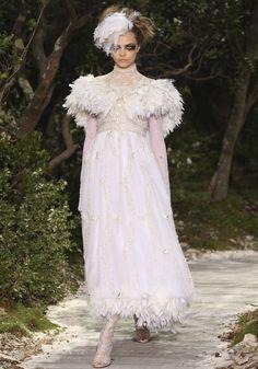 PORTRAIT DE TOP : Cara Delevingne participe au final du défilé Chanel Haute Couture.