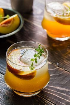 roasted peach bourbon cocktail w/ peach, fresh thyme, honey, bourbon, simple syrup + club soda or ginger ale Bourbon Cocktails, Fun Cocktails, Party Drinks, Cocktail Drinks, Fun Drinks, Yummy Drinks, Cocktail Recipes, Beverages, Drink Recipes
