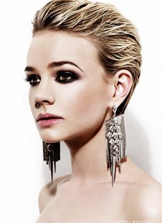 Carrie Mulligan/ smoky eye and slicked back hair Carey Mulligan, Pixie Cut Kurz, Pixie Cuts, Blonde Weave, Corte Y Color, Funky Hairstyles, Pixie Haircuts, Trendy Haircuts, Short Pixie