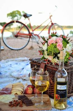 Picnic in the park! Late at night. Need a lantern, picnic basket, blanket, and his birthday present: a new telescope! Little wine and dinner. Beach Picnic, Summer Picnic, Summer Bucket, Catering Berlin, Romantic Picnics, Romantic Beach, Romantic Dates, Romantic Dinners, Romantic Getaway