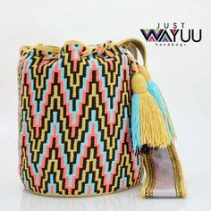 131 отметок «Нравится», 2 комментариев — Just Wayuu (@just.wayuu) в Instagram: «Single thread Mochila with zigzag pattern. Handcrafted handbags made by indigenous wayuu in the…»