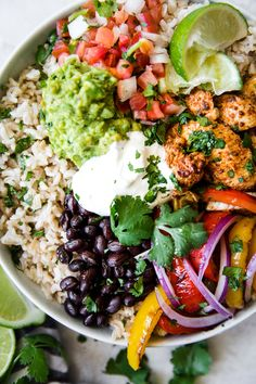 These fajita burrito bowls are ideal for meal prepping! Taking cues from Chipotle's burrito bowl, we like to pile everything up high making for one delicious prep ahead meal! Chicken Fajita Bowl, Fajita Bowl Recipe, Chicken Rice Bowls, Fajita Bowls, Chicken Burritos, Chicken Fajitas Salad, Veggie Bowl Recipe, Healthy Chicken Fajitas, Budda Bowl Recipe