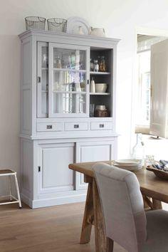 Vitrinekast Anne. De Villa Provence Collection kenmerkt zich door het gebruik van authentieke meubels en accessoires met karakter. #hetkabinet #villaprovence