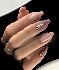 Manicure trend fall winter 2018 Nail polish pink nude and matt taupe. Rhinestones and diamonds. Easy to do for Christmas. Manicura tendencia otoño invierno 2018 Esmalt of uñas rosa nude y Light Colored Nails, Light Nails, How To Do Nails, My Nails, Hair And Nails, Dark Nude Nails, Nude Nails With Glitter, Acrylic Nails Nude, Subtle Nails