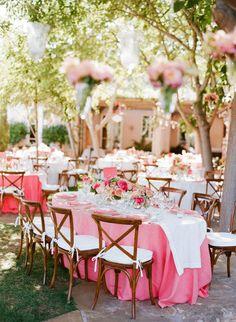 Geweldige zomerbruiloft met roze bloemen.. Wij willen ook!