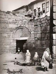 Ankara Kalesi Ulus Cephesinden Girişinde Su Dolduran Kadınlar (1900)
