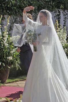 Eva González con vestido de novia de Pronovias Modest Wedding, Elegant Wedding Dress, Wedding Veil, Dream Wedding Dresses, Wedding Goals, Perfect Wedding, Wedding Styles, Bridal Gowns, Marie
