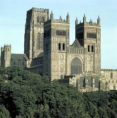 GÓTICO INGLÉS. Catedral de Durham. (1093-1133). Los nuevos elementos arquitectónicos, arco apuntado y bóvedas de ojivas, se ensayan en una concepción del espacio todavía ROMÁNICA.