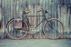 """Von Hand restaurierte Fahrräder zwischen 1880 und 1950 aus Deutschland und ganz Europa. Handgefertigte Accessoires: Griffe, Tragegriff, Fahrradtasche, Flaschenträger, T-Shirt, Kalender 2016, Holzgriffe, Schuhe, Fahrradschuhe und vieles mehr. Wir restaurieren auch dein altes Fahrrad oder du kannst dir bei uns aus einer Auswahl an Rahmen, Lenker und Sattel dein ganz individuelles Traumfahrrad mit dem Le Vélo-Siegel """"UNIQUE"""" zusammenstellen."""