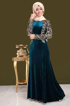 ** SONBAHAR / KIŞ ** File Sim Detay Kuyruklu Kadife Abiye Petrol Ürün Kodu: ALM3006 --> 139.90 TL Hijab Style Dress, Modest Fashion Hijab, Muslim Fashion, Fashion Outfits, Indian Gowns Dresses, Modest Dresses, Evening Dresses, Formal Dresses, Beautiful Hijab