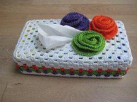 http://www.freubelmania.blogspot.nl/2012/03/haakpatroon-granny-tissuebox-hoes.html
