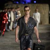 Baie de Naples, 10 juillet dernier. Domenico Dolce & Stefano Gabbana présentaient le pendant masculin de leur collection Haute Couture. Un vestiaire placé sous le signe de l'excellence sartoriale et un hommage à James Bond en tuxedo, de Goldinger à Casino Royale. Retour en images sur la collection Alta Sartoria automne-hiver 2016-2017.