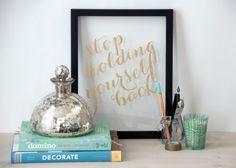 Escrever uma mensagem inspirada na pena folha de ouro sobre vidro e moldá-la.