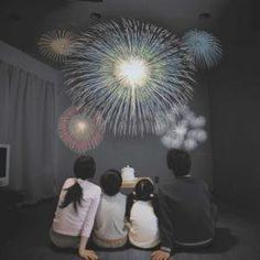 Feu d'artifice d'intérieur -- Fan des feux d'artifice mais agoraphobe ? Difficile d'allier votre passion avec votre phobie ! Nous vous proposons donc ce projecteur pour feu d'artifice d'intérieur ! Profitez de magnifiques feux d'artifices en restant bien au chaud dans votre salon, au fond de votre canapé !  Vos enfants seront émerveillés d'avoir un feu d'artifice pour leur anniversaire !