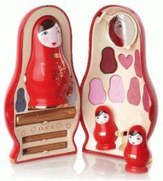 Puposka-pupa Pupa transforma matryoshka en una caja exclusiva, única y sorprendente: Tomando el principio de la muñeca rusa, cara Puposka esconde un espejo, el corazoncito una paleta de sombras, maquillaje colorido cajones. Y cuando lo abre, se descubre otra Puposka contiene rímel, lápices, rubor, brillo de labios ... y una más pequeña para llevar con usted, con dos mini Puposka contienen aplicadores y brillo para labios. La última sorpresa? Matryoshka un colgante para colgar en tu móvil!