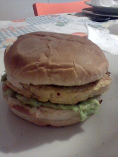 Panino+imbottito+con+Guacamole+ed+hamburger+di+pollo+home-made