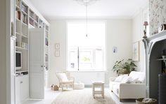 A sala grande e branca de Yvonne mostra uma mistura do estilo escandinavo moderno com o estilo tradicional rústico