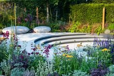 Sunken seating area with bright and colourful planting Tom Simpson, Rhs Hampton Court, Contemporary Garden Design, Cancer Research Uk, Garden Steps, Outdoor Seating Areas, Elle Decor, Hedges, Water Features