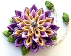 Pinza de pelo de flores de tela Kanzashi. Tonos de púrpura, caramelo y manzana verde.