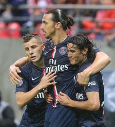 Lucas Digne et Cavani félicite Zlatan Ibrahimovic après l'ouverture du score.