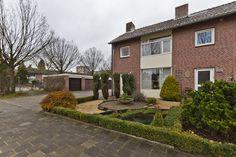 Aeneaslaan 1, Eindhoven - In groene woonwijk Oude Gracht, op hoek met Muzenlaan, nabij Cassandraplein gelegen, verrassende, compleet gerenoveerde en gemoderniseerde hoekwoning, lichte woonkamer, opp. ca. 30 m² inclusief complete, luxe keuken met alle inbouwapparatuur en tegelvloer met vloerverwarming, twee royale slaapkamers, luxe badkamer en aparte wasruimte op de 1e verdieping, royale 3e slaapkamer op de 2e verdieping, fraai aangelegde achtertuin met achterom en vijverpartij!