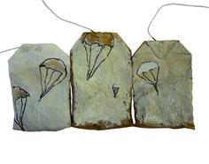 TEA ART, beschilderde theezakjes, blog, 365dagenproject, kunst, tea bags, tea, painting on tea bags, Bevrijdingsdag, 5 mei, tweede wereldoorlog, Nederland bevrijd, oorlog, veteranen, parachutes, ku… Tea Bag Art, Tea Art, Diy Tea Bags, Collages, Encaustic Art, Portrait Art, Line Drawing, Art Projects, Cards