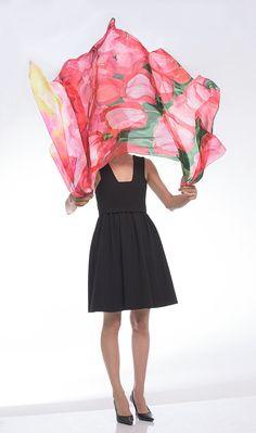 Pintado a mano bufanda de seda tulipanes Campos. Seda bufanda brillante coloreado. Pañuelo de seda en negrilla. Rojo pintado a mano de la bufanda verde. Bufanda floral de lujo