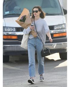 Phoebe Tonkin shopping at Farmers Market on December 10, 2017 in Los Angeles, California. 🇺🇸
