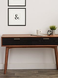 Cet article est disponible pour achat en ligne et livraison à domicile uniquement. Avec son esthétique des années 50, cette table console aux lignes épurées et aux tons de noyer chaleureux est dotée de tiroirs sur rails noirs contrastants et de poignées en acier inoxydable. MATÉRIAUX ET FINI Bois verni et acier inoxydable Assemblage requis ENTRETIEN Utiliser des produits standards servant à nettoyer et préserver le bois. DIMENSIONS Hauteur : 30 pouces Largeur : 47....
